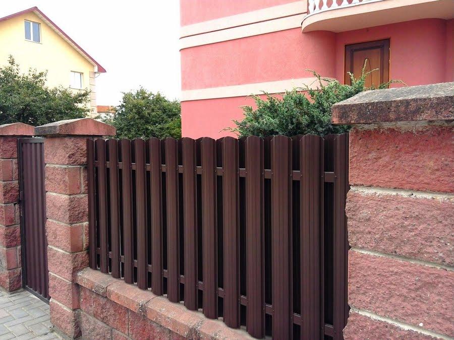 забор из евроштакетника цвета мокачино