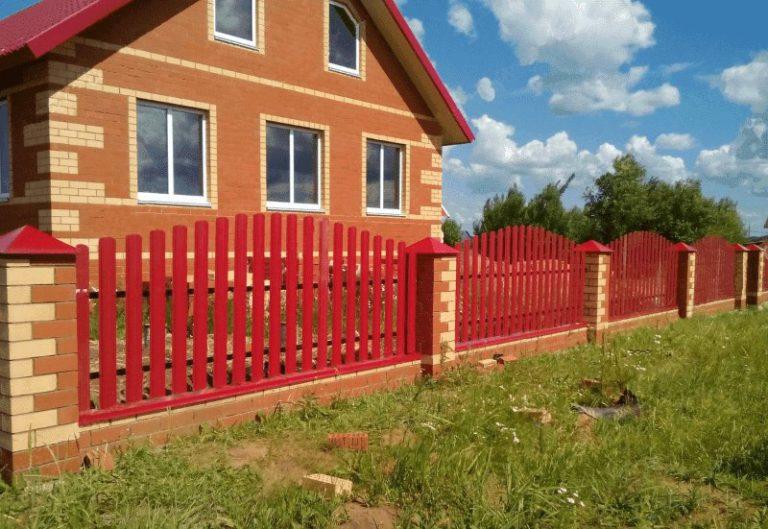 Красный забор из евроштакетника